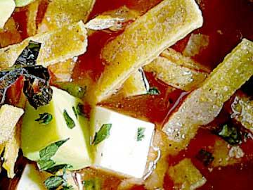 sopa de tortilla hondureña